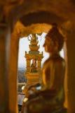 Estátua da Buda do ouro na posição de lótus que medita o rebaixo dourado interno Imagem de Stock