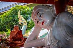 Estátua da Buda e da monge Imagens de Stock Royalty Free