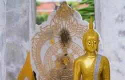 Estátua da Buda e parede da aura atrás Fotos de Stock Royalty Free