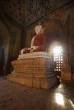 A estátua da Buda em um pagode de Bagan Imagem de Stock