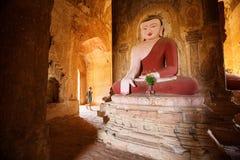 A estátua da Buda em um pagode de Bagan Fotos de Stock Royalty Free