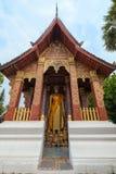 Estátua da Buda em um templo em Luang Prabang imagens de stock royalty free