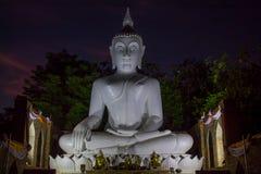 Estátua da Buda da iluminação da noite no pagode do templo budista em Tailândia imagens de stock