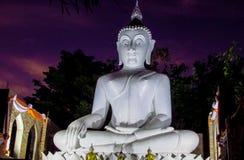 Estátua da Buda da iluminação da noite no pagode do templo budista em Tailândia foto de stock