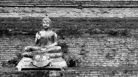 Estátua da Buda na parede de tijolo antiga Fotografia de Stock Royalty Free