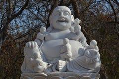 Estátua da Buda nas madeiras em um mediata budista Imagens de Stock