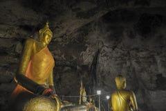 Estátua da Buda no kanchanaburi da caverna dos krasae Fotografia de Stock Royalty Free