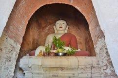 Estátua da Buda no santuário principal Templo de Mimalaung Kyaung Bagan myanmar Imagem de Stock Royalty Free