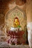 Estátua da Buda pintada na meditação do ouro foto de stock royalty free