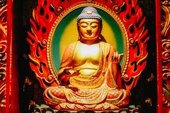 Estátua da Buda que senta-se na meditação e no nirvana de espera com mãos no gesto ritual Dentro do templo da relíquia do dente d foto de stock