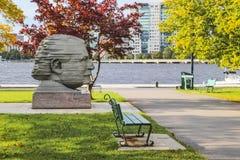 Estátua da cabeça de Arthur Fiedler na baía traseira Boston imagens de stock