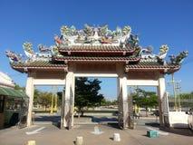 Estátua da cisne e do dragão no telhado o templo do chinês da via principal fotografia de stock