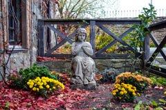 Estátua da criança no jardim Fotos de Stock