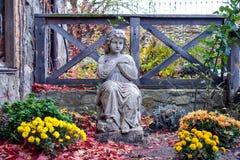Estátua da criança no jardim Imagens de Stock