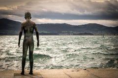 Estátua da criança pelo mar Imagens de Stock Royalty Free