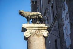 Estátua da ela lobo que mama Romulus e Remus no monte de Capitoline em Roma Itália Foto de Stock