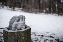 Estátua da gárgula no inverno oco do início de uma sessão foto de stock