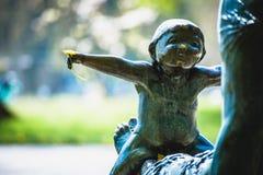 Estátua da jovem criança com dente-de-leão Imagens de Stock Royalty Free