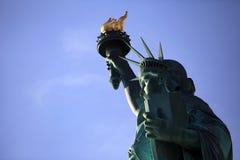 A estátua da liberdade com dia ensolarado desobstruído de céu azul Imagens de Stock Royalty Free