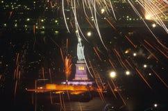 Estátua da liberdade com os fogos-de-artifício na noite, New York City, New York Foto de Stock Royalty Free