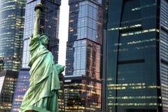 Estátua da liberdade de New York contra arranha-céus da cidade Imagem de Stock