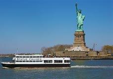 Estátua da liberdade e balsa turística em New York foto de stock