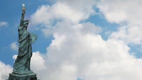 Estátua da liberdade e céu azul de lapso de tempo ilustração stock