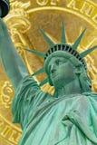 Estátua da liberdade e um close up da moeda do dólar imagem de stock royalty free