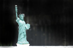A estátua da liberdade, estátua da liberdade, Liberty Statue, símbolo americano, New York, EUA, boneca e estatueta, ainda estilo  Fotos de Stock Royalty Free
