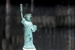 A estátua da liberdade, estátua da liberdade, Liberty Statue, símbolo americano, New York, EUA, boneca e estatueta, ainda estilo  Imagens de Stock Royalty Free