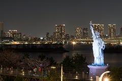 Estátua da liberdade na baía de Odaiba na noite imagem de stock royalty free