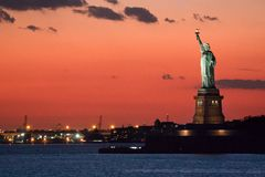 Estátua da liberdade no crepúsculo fotos de stock