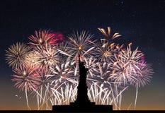 Estátua da liberdade no fundo dos fogos-de-artifício Fotografia de Stock Royalty Free