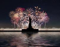 Estátua da liberdade no fundo dos fogos-de-artifício e do céu estrelado Foto de Stock Royalty Free