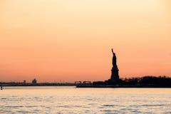 Estátua da liberdade - opinião do crepúsculo Foto de Stock