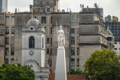 Estátua da liberdade sobre a pirâmide de maio em Plaza de Mayo - Buenos Aires, Argentina fotos de stock