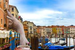 Estátua da mão no canal de Veneza foto de stock