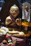 Estátua da madeira da boneca do miúdo imagens de stock