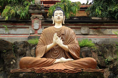 Estátua da meditação da Buda no templo budista em Bali, Indonésia Fotografia de Stock Royalty Free