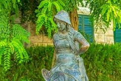 Estátua da menina em Supetar imagens de stock