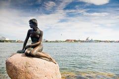 Estátua da menina que senta-se na rocha Fotografia de Stock