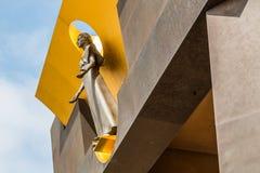 Estátua da mulher acima da entrada à igreja foto de stock