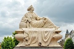 Estátua da mulher afligindo-se no quadrado de Tacambaro em Oudenaarde, Bélgica Imagem de Stock