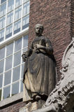 Estátua da mulher do século XVIII na louça de Delft de Meisjeshuis Imagem de Stock Royalty Free