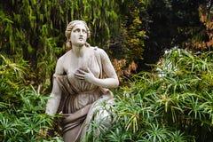 Estátua da mulher em jardins de Borghese da casa de campo Indicadores velhos bonitos em Roma (Italy) imagem de stock royalty free