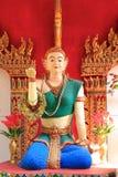 Estátua da mulher que beckoning o lote feliz dentro imagens de stock royalty free