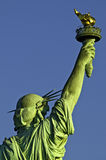 Estátua da opinião da parte traseira da tocha da terra arrendada da liberdade Imagens de Stock Royalty Free
