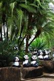 Estátua da panda no jardim da palma imagens de stock royalty free