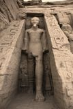 Estátua da parte externa de Rameses II o templo de Hathor da rainha Nefertari.  Local do patrimônio mundial do UNESCO conhecido co Fotos de Stock