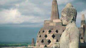 Estátua da pedra da Buda sobre o templo de Borobudur filme